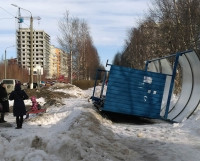 На Ягринском шоссе и на ул. Карла Маркса ветер опрокинул павильоны автобусных остановок. Очевидно, для ветреной погоды такие конструкции не приспособлены.