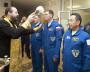 Крест целует российский космонавт. Ждёт своей очереди представитель Японии — если и последователь какой-либо религии, то явно не христианства.