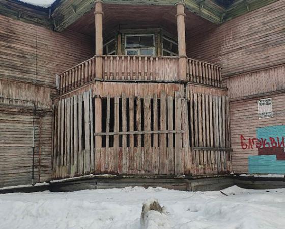 Зубастый балкон в доме 37/1.