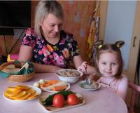Хотя малышам не поло-жено поститься, их можно постепенно приучать поддерживать вашу семейную традицию.