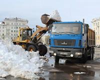 Площадь Победы расчищали от снега в минувшие выходные.
