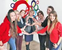 Восьмой день рождения Молодёжный центр отмечает с новым директором Татьяной Клюжник (в центре).