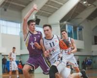 С мячом Глеб Мальцев. Наш нападающий получил специальный приз от Федерации баскетбола Самарской области как лучший снайпер суперфинала — 218 очков!