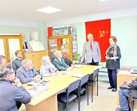 1-й секретарь горкома КПРФ В.П. Кулаков вручает орден М.М. Протасовой.