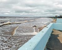 Иной раз море вплотную подходит к набережной.
