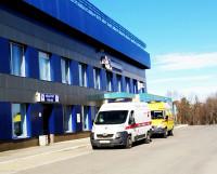 В Мурманске у здания аэропорта дежурили кареты скорой помощи.