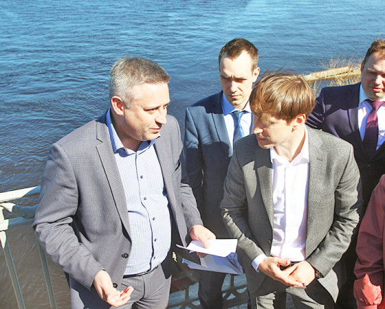 Визит Ивана Новикова (справа) начался с осмотра Ягринского моста.