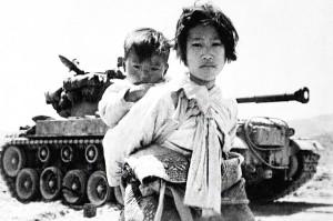 Этот снимок корейской девушки с братишкой на фоне американского танка Т-26 в своё время обошёл мировые издания.