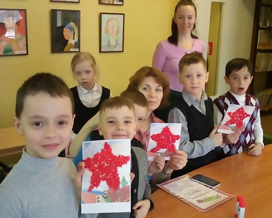 На открытках — красная звезда, один из символов Великой Победы. Она выполнена ребятами в технике скатывания бумаги.