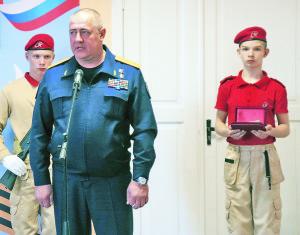 На открытие мемориальной доски приехал руководитель управления учебной и воспитательной работы Следственного комитета Сергей Петров.