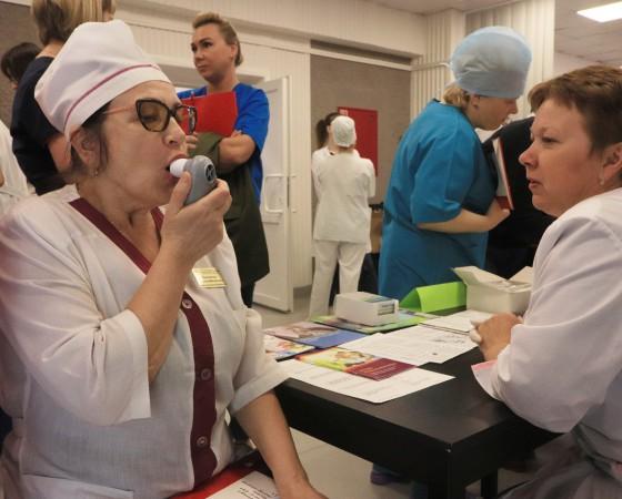 Желающие проверяли лёгкие на площадке школы «Бронхиальная астма».