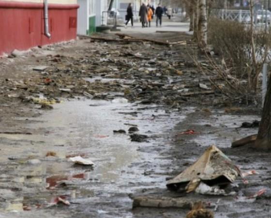 v-severodvinske-podrjadchik-remontiruyuschii-dom-ostavil-gory-musor