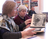 Ветераны рассматривают  эскизные проекты благоустройства квартала 100, выполненные ещё в 1984 и 1992 годах.