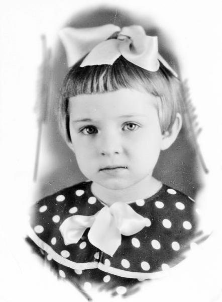 В сшитом мамой платьице (четыре года).