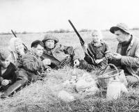 «Охотники на привале». Справа налево: дядя Николай, я, отец, дядя Гена, сестра Люда           и брат Вовка.