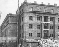 Молотовск, 1941 год. Строится кирпичный четырёхэтажный жилой дом. Весь лес,  камень, песок и кирпич для стройки добывался силами заключённых...