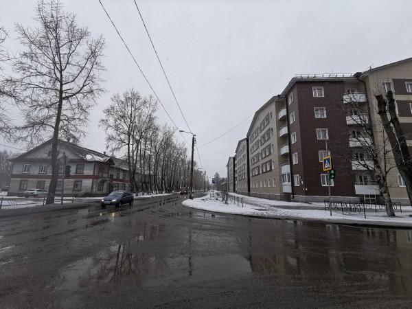 На улице Ломоносова «деревяшки» и новостройки пока соседствуют друг с другом.