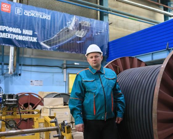 Один из тех, кто сейчас организует работы в непростых условиях, — старший мастер второго участка ЭМП-1 Сергей Малков.