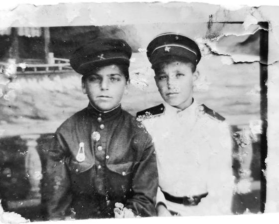 Владимир Юзефович (справа) с братом Яшей. Фото 1946 года.