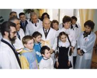 В марте 2000 года детскую клиническую больницу посетил тогдашний мэр Москвы Юрий Лужков. Высоких гостей принимала и А.Д. Титова (на снимке справа).
