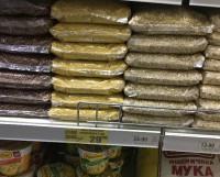На прилавках северодвинских продуктовых магазинов гречка пока есть.