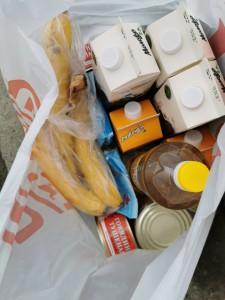 Обычно пожилые люди просят купить базовый набор: хлеб, молоко, масло, фрукты...