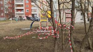 В некоторых дворах жители позволяют себе срывать сигнальные ленты.