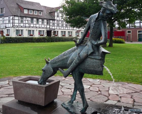 Памятник барону на его родине, в Боденвердере.