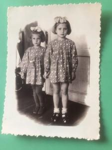 С сестрой Леной. На снимках в детском саду всегда держит меня за руку, оберегая по старшинству.
