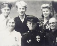 В отпуске в Шенкурске -- с родителями, братом и сёстрами. Лев Иванович в военной форме в нижнем ряду. 1947 год.