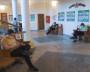 Все соблюдают дистанцию, то есть сидят по одному на три посадочных места. Согласно предупреждающим знакам на спинках сидений.