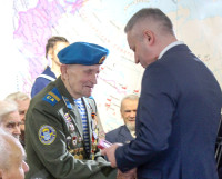 Глава Северодвинска И. Скубенко вручает М. Добродееву  медаль «75 лет Победы в Великой Отечественной войне 1941—1945 гг.» на встрече с ветеранами в краеведческом музее.